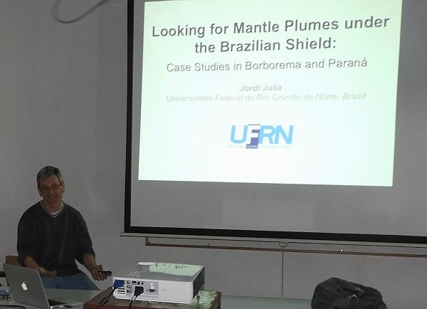 Buscando plumas en el manto bajo el escudo brasileño