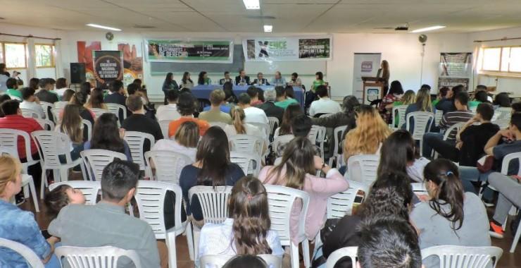 Estudiantes de ocho provincias debatieron sobre derecho y economía