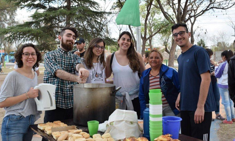 Estudiantes organizan una Navidad solidaria para barrios más necesitados
