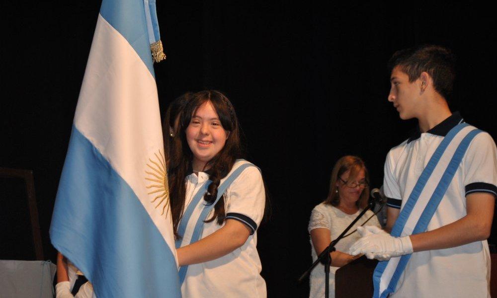 Florencia Ledesma Candás, lleva la bandera nacional de la Escuela Normal