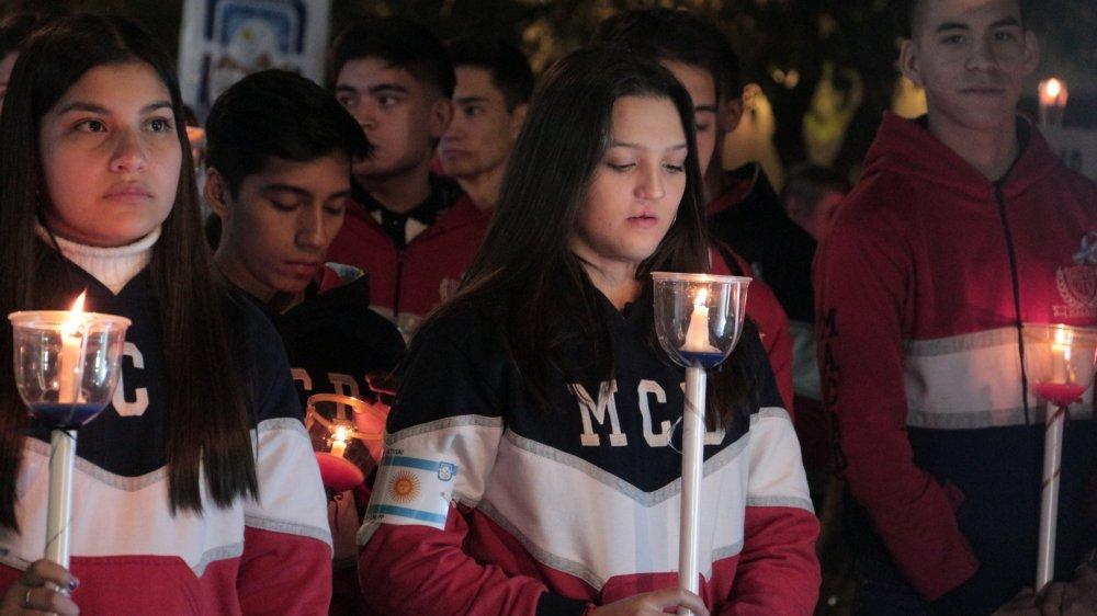 Procesión Cívica: una multitud de antorchas iluminó la ciudad