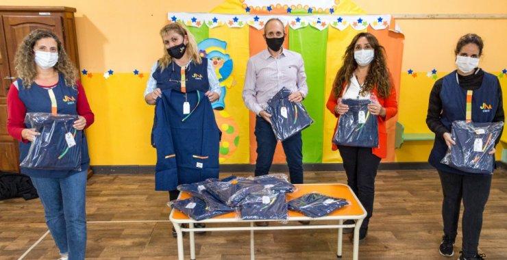 Docentes del Jardín Maternal recibieron nuevos uniformes